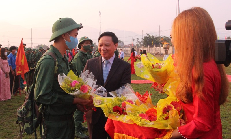 Bí thư Tỉnh ủy Khánh Hòa Nguyễn Khắc Định tặng hoa thanh niên trước khi lên đường nhập ngũ.