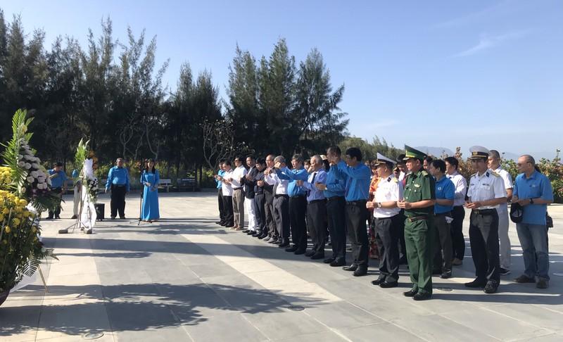 Dâng hương tưởng niệm các anh hùng liệt sĩ.