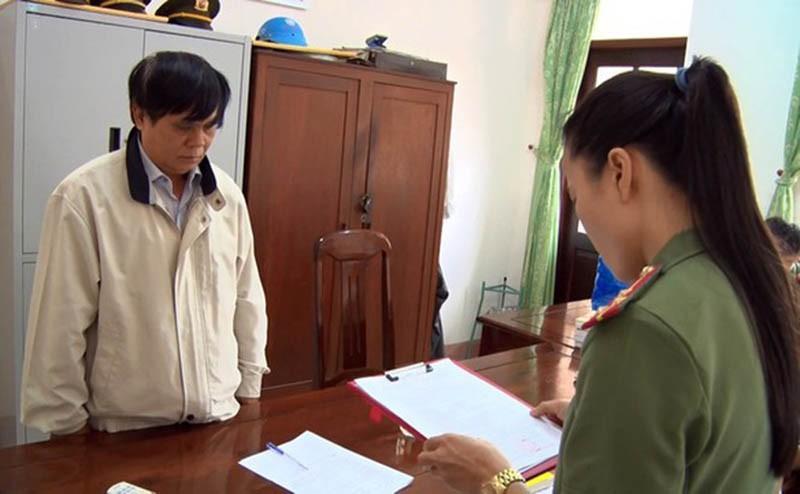 Cơ quan điều tra tống đạt quyết định khởi tố bị can đối với ông Phạm Văn Dũng, Phó giám đốc Sở Nội vụ Phú Yên. Ảnh: CACC