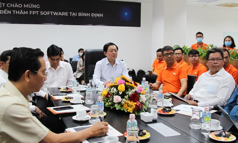 Bí thư Tỉnh ủy Bình Định Hồ Quốc Dũng (giữa) thăm cán bộ, nhân viên FPT tại Quy Nhơn.