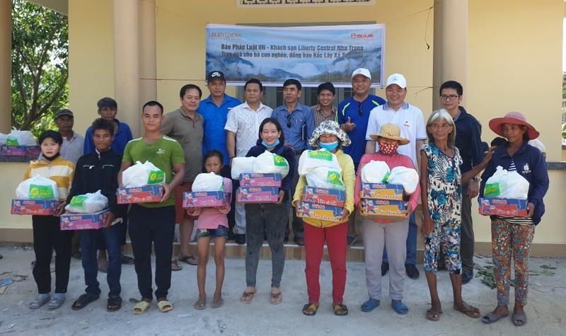 Văn phòng Đại diện Báo Pháp luật Việt Nam tại Khánh Hòa tặng quà cho đồng bào Raglai