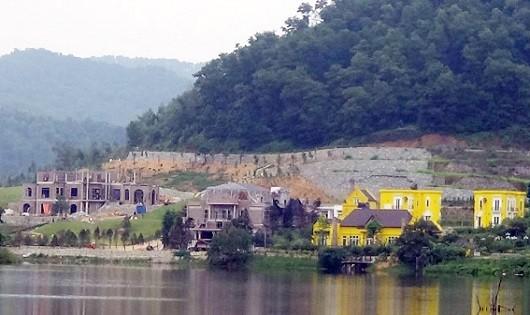 Đã có nhiều công trình  sử dụng đất rừng trên địa bàn huyện Sóc Sơn. Ảnh: Báo Tài nguyên Môi trường.