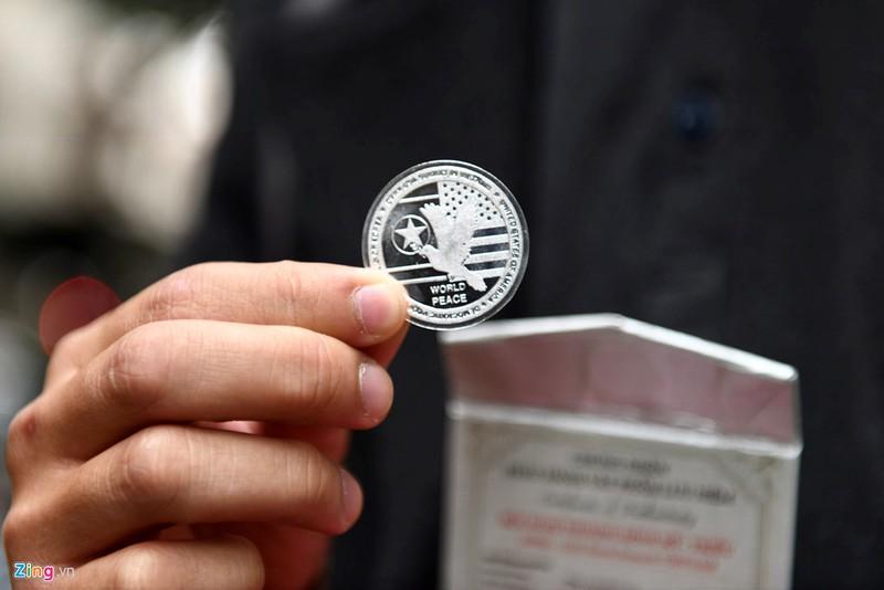 Hình ảnh trên một mặt của đồng xu.
