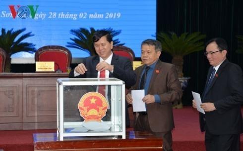 Các đại biểu bỏ phiếu tín nhiệm, bầu bổ sung Phó Chủ tịch Ủy ban nhân dân tỉnh Sơn La. Ảnh: VOV.