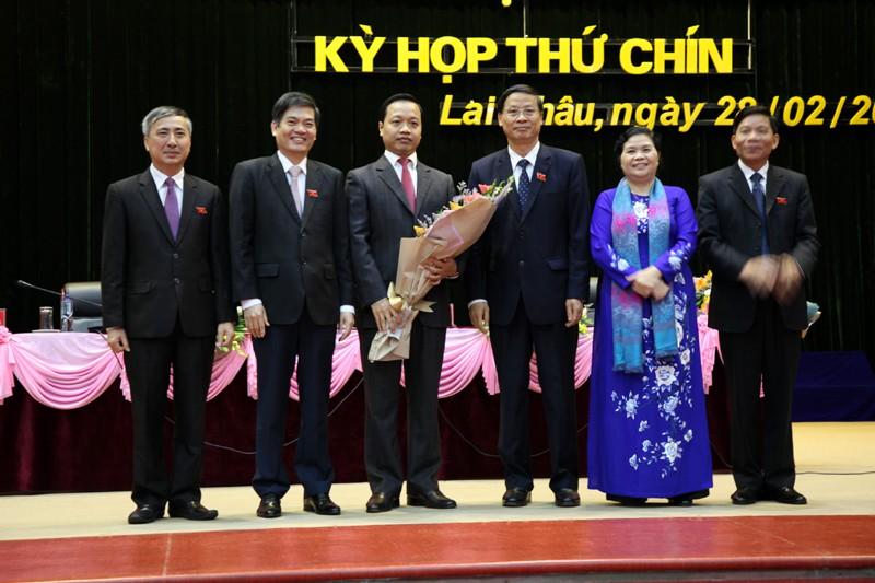 Các đồng chí lãnh đạo và nguyên lãnh đạo tỉnh Lai Châu chúc mừng ông Trần Tiến Dũng.