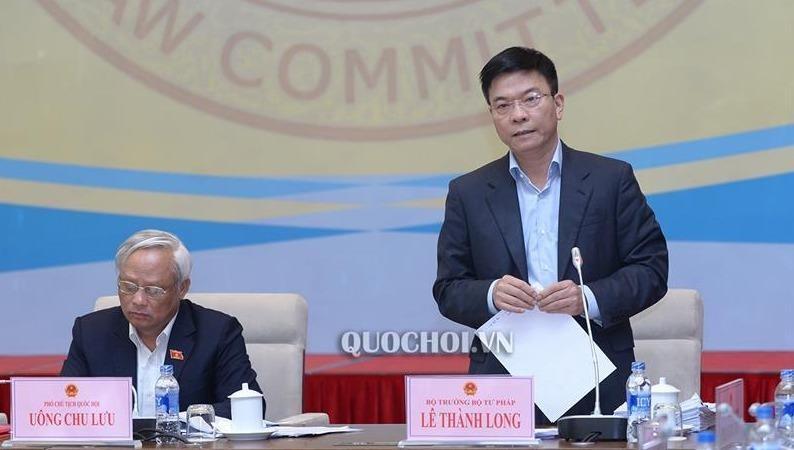 Bộ trưởng Bộ Tư pháp Lê Thành Long phát biểu tại phiên họp.