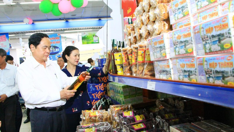 Chủ tịch UBTW MTTQ Việt Nam và đoàn công tác khảo sát việc bán sản phẩm hàng Việt tại Siêu thị Co op Mart Phan Thiết