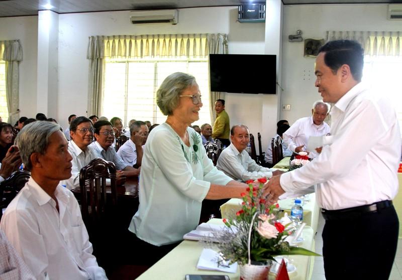 Ông Trần Thanh Mẫn thăm hỏi các vị chức việc và đồng bào Phật giáo Hòa Hảo.
