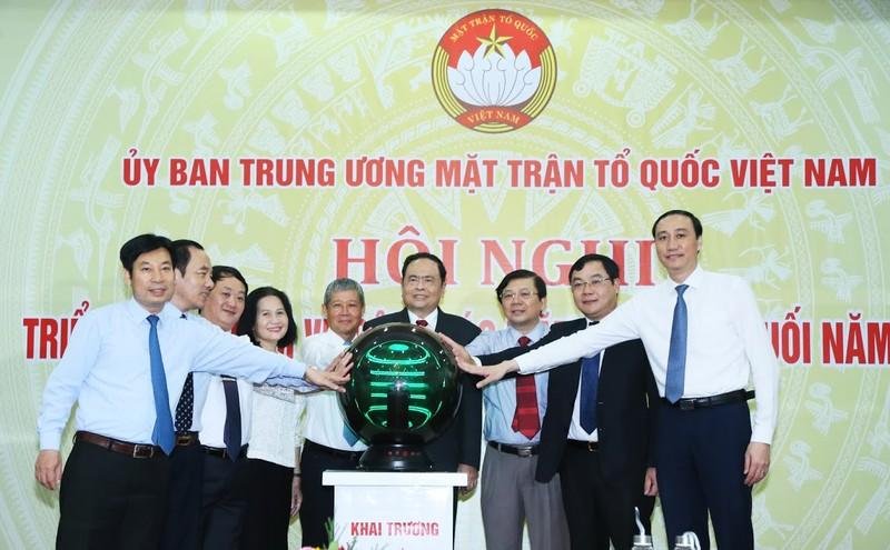 Ông Trần Thanh Mẫn cùng các đại biểu thực hiện nghi thức khai trương hệ thống hội nghị truyền hình trực tuyến.