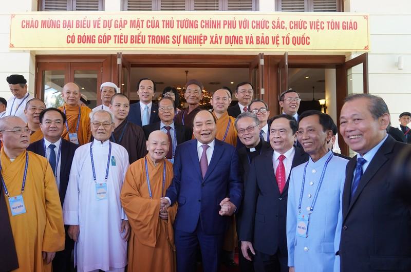 Thủ tướng Nguyễn Xuân Phúc; Phó Thủ tướng Thường trực Chính phủ Trương Hòa Bình; Chủ tịch UBTƯ MTTQ Việt Nam Trần Thanh Mẫn chụp ảnh cùng các chức sắc, chức việc tôn giáo.