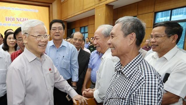 Tổng Bí thư, Chủ tịch nước Nguyễn Phú Trọng trao đổi với các cử tri.