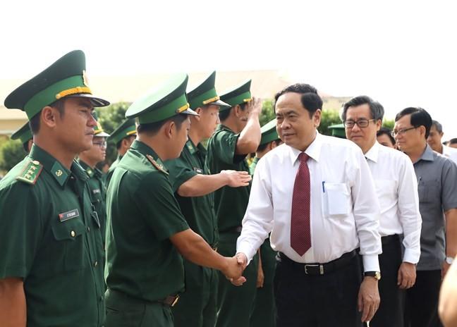 Chủ tịch UBTƯ MTTQ Việt Nam Trần Thanh Mẫn thăm hỏi cán bộ, chiến sĩ Đồn Biên phòng Nhà Mát.