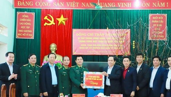 Chủ tịch Ủy ban Trung ương Mặt trận Tổ quốc Việt Nam Trần Thanh Mẫn tặng quà cho cán bộ, chiến sĩ Đồn Biên phòng Bảo Lâm.