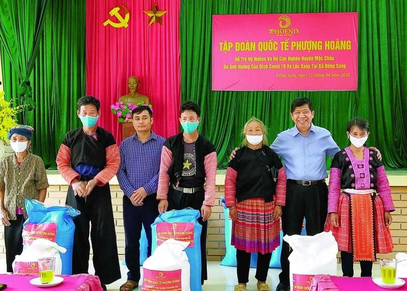 Tập đoàn Phượng Hoàng chia sẻ khó khăn với người nghèo Mộc Châu – Sơn La