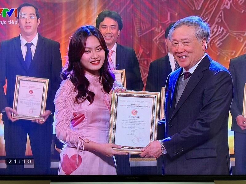 Phóng viên Hương Giang (bút danh Tuệ Minh) của Báo Pháp luật Việt Nam nhận Giải tác phẩm xuất sắc của tác giả trẻ tuổi tại Lễ trao Giải báo chí toàn quốc về công tác Xây dựng Đảng năm 2020.