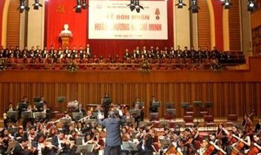 300 người hát Quốc ca trên nền nhạc sống