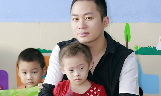 Tùng Dương trao quà cho các em nhỏ bị tự kỷ