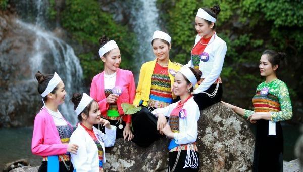 Diện trang phục dân tộc, các sơn nữ khoe sắc tại thác CửuTú Sơn