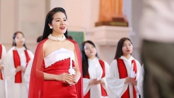 """Phạm Thuỳ Dung """"Ave Maria"""" đón chào Giáng sinh"""
