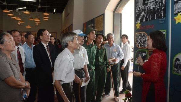 """Triển lãm """"Thắp lửa niềm tin"""" và """"Tự hào 90 năm Đảng bộ thành phố Hà Nội"""""""