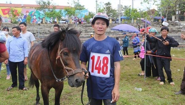 Kị sĩ Vàng Văn Giang giành Cup vô địch Giải đưa ngựa Bắc Hà 2020