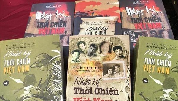 """Trao hai kỷ lục Quốc gia tôn vinh giá trị bộ sách """"Nhật ký thời chiến Việt Nam"""""""
