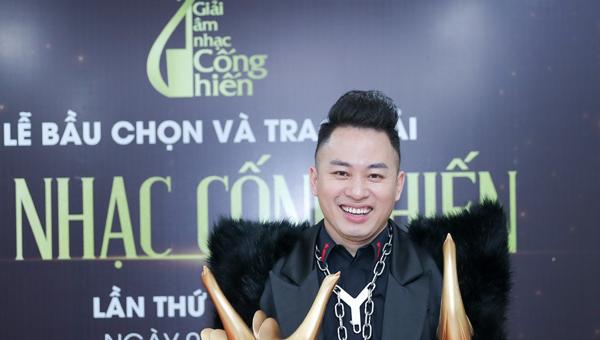 """""""Con người"""" của Tùng Dương thắng đậm tại Giải thưởng Âm nhạc Cống hiến 2021"""