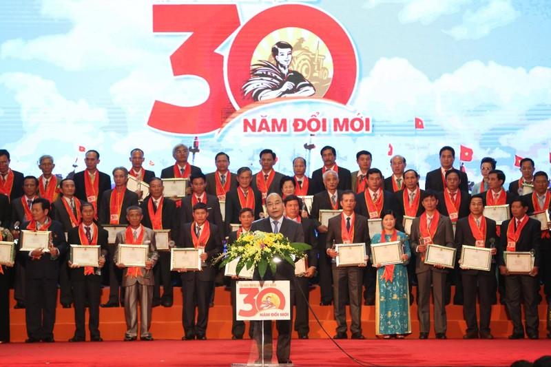 Thủ tướng Chính phủ Nguyễn Xuân Phúc phát biểu tại Lễ vinh danh nông dân Việt Nam xuất sắc 30 năm Đổi Mới