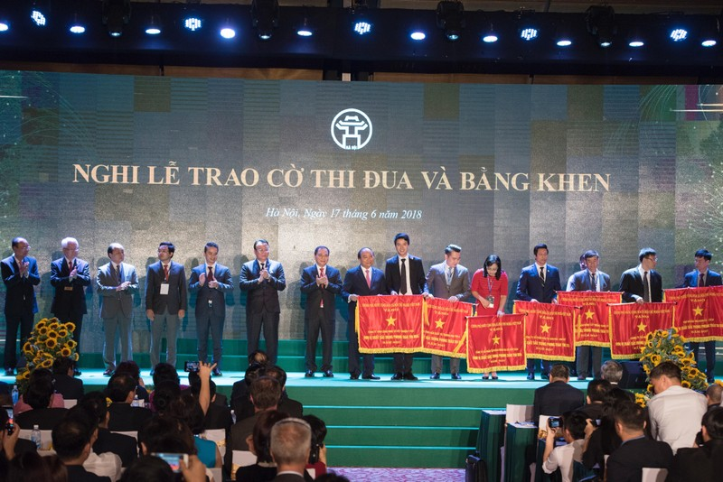 Đại diện BVĐK MEDLATEC nhận Cờ thi đua do Thủ tướng Chính phủ Nguyễn Xuân Phúc trao tặng.