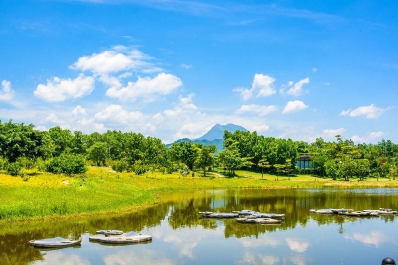 Cách trung tâm thủ đô chưa đầy 60km, Đại Lải được xem là lựa chọn lý tưởng cho những ai tìm một chốn nghỉ dưỡng không quá xa Hà Nội mà vẫn đem lại cảm giác gần gũi với thiên nhiên.