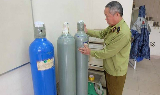 Hà Nội: Phát hiện cửa hàng bán nước giải khát bơm 'bóng cười' cho khách