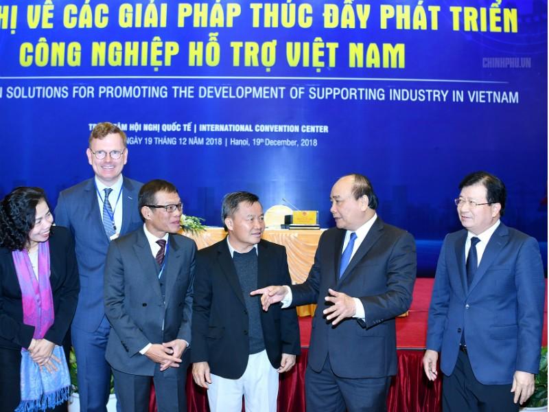 Thủ tướng trao đổi với các đại biểu tại Hội nghị