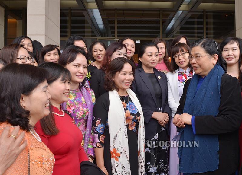 Giải quyết chính sách lao động nữ  trong quá trình tái cấu trúc nền kinh tế, cấu trúc lại doanh nghiệp