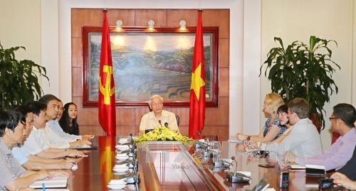 Tổng Bí thư Nguyễn Phú Trọng tiếp và trả lời phỏng vấn các hãng thông tấn, báo chí Hoa Kỳ: AP (Associated Press), Bloomberg News và Wall Street Journal  - Dow Jones. Ảnh: TTXVN.