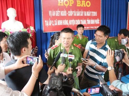 Thiếu tướng Hồ Sỹ Tiến trả lời báo chí - Ảnh: Đỗ Trường.