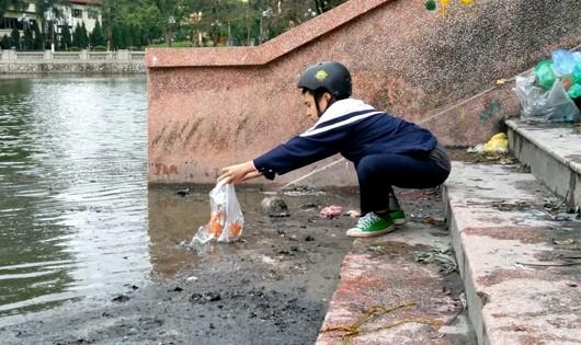 Ao hồ Hà Nội ngập rác sau lễ tiễn ông Táo