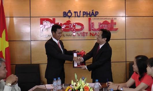 Báo PLVN trao đổi những kinh nghiệm làm báo với đoàn công tác Lào