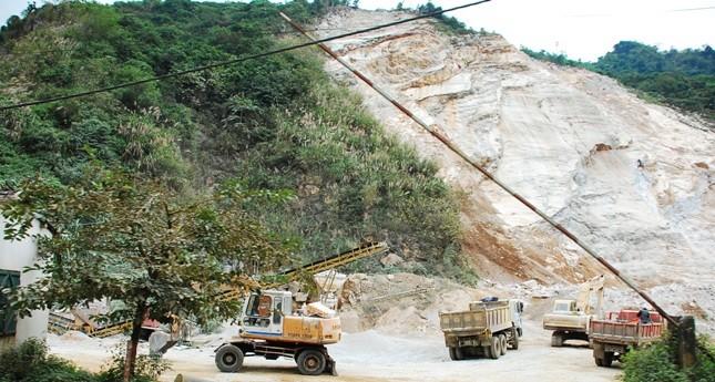 """Doanh nghiệp """"tố"""" bị ép mua vật liệu từ mỏ đá khai thác không phép"""