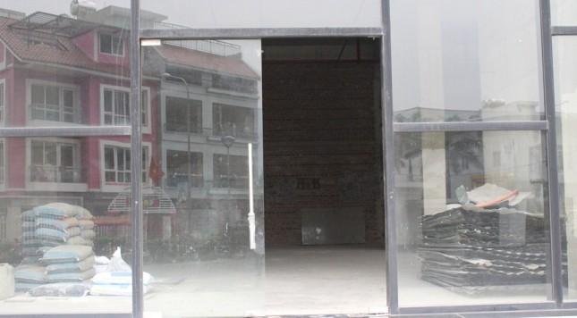 Sảnh trước khu căn hộ ngổn ngang vật liệu xây dựng