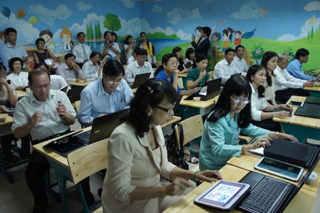 Các thầy cô giáo trải nghiệm máy tính bảng tại hội thảo ngày 18/8