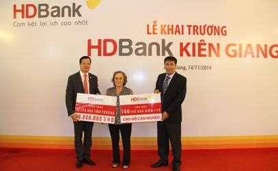 HDBank dành 1,2 tỷ đồng tặng nhà tình thương và thẻ BHYT