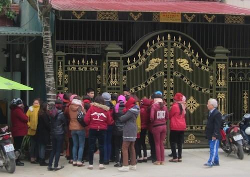 """Hàng chục người dân vây cổng nhà ông Hải để đòi và tố cáo việc mình bị """"quỵt"""" nợ."""
