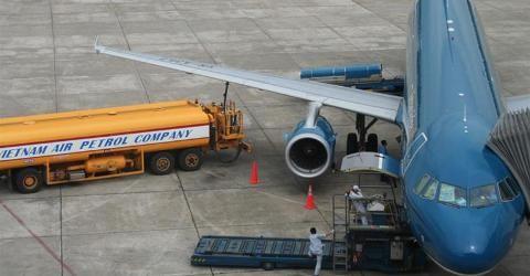 Tiếp nhiên liệu tại sân bat Tân Sơn Nhất, ảnh MH
