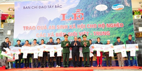 Chủ tịch nước trao quà an sinh xã hội cho hộ nghèo các xã biên giới Việt- Trung