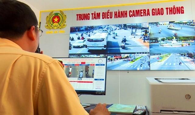 Lực lượng CSGT tỉnh An Giang trích xuất camera xử lý vi phạm (Nguồn: Báo CAND)