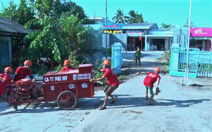 Xe cứu hỏa của thị trấn Phú Mỹ (huyện Phú Tân) đang diễn tập