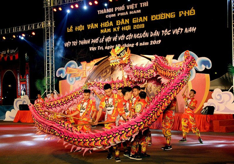 Một tiết mục văn hóa dân gian đường phố trong Lễ hội Đền Hùng