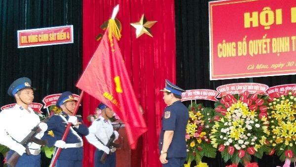 Trung tướng Hoàng Văn Đồng -  Chính ủy Cảnh sát biển Việt Nam trao Quân kỳ quyết thắng cho Hải đoàn 42