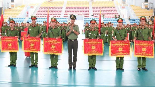 Đại tá Lê Hồng Hiệp, Phó Cục trưởng Cục Công tác Đảng và Công tác chính trị (Bộ Công an) trao giải toàn đoàn cho 6 đơn vị đạt giải