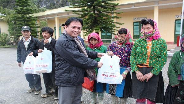 Phó Tổng biên tập Thường trực Đặng Ngọc Luyến trao quà cho bà con tỉnh Hà Giang trong chương trình Áo ấm biên cương - mùa đông 2012